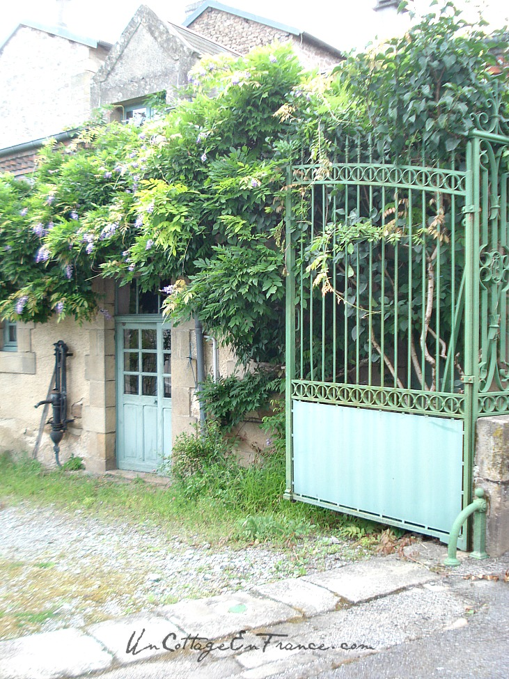 La maison bleue de Chateauponsac The blue green house in Chateauponsac