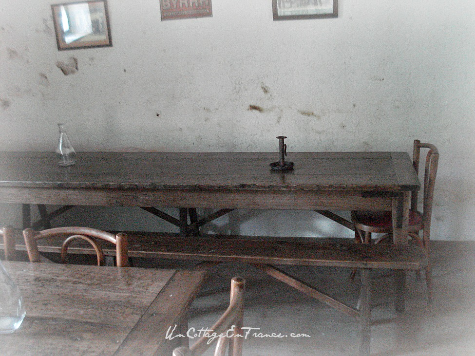 On buvait et fumait beaucoup en jouant aux cartes sur ces tables - People used to drink and smoke a lot around these tables while playing cards