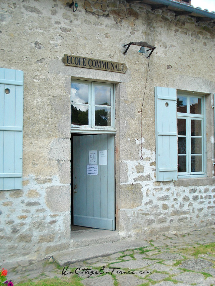 On entend encore la cloche de l'école - One can still hear the sound of the school bell