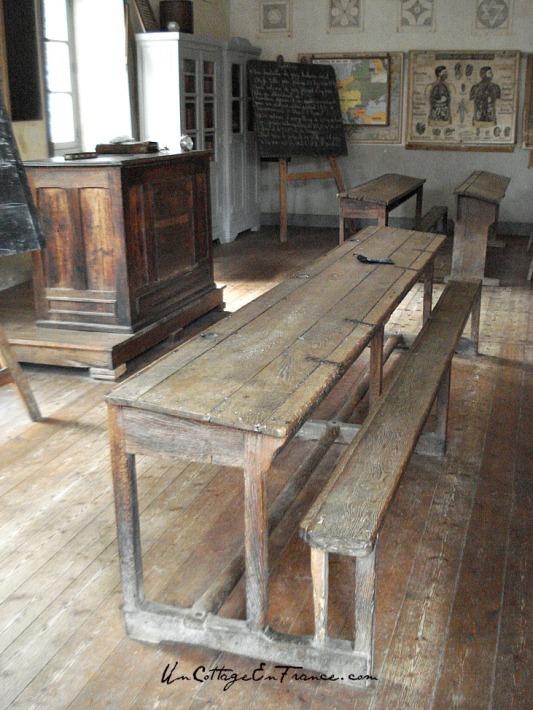 Les bancs de l'ecole communale - The school benches
