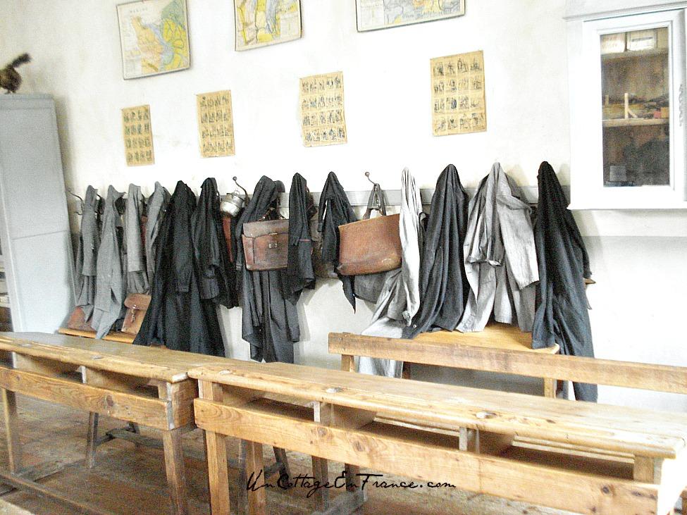 Les blouses de l ecole communale de Montrol Senard
