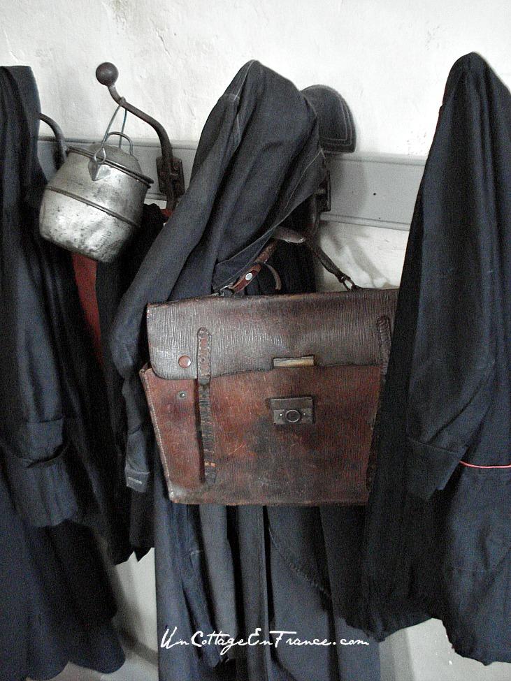 Les blouses noires de l'ecole de Montrol Senard