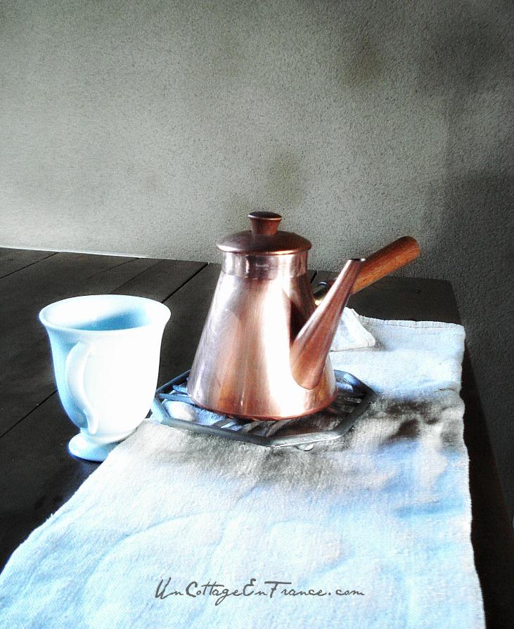 On sort la chocolatiere - Let's get the chocolate pot