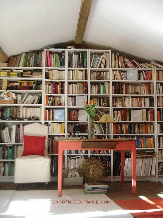 Le salon bibliothèque rustique du cottage