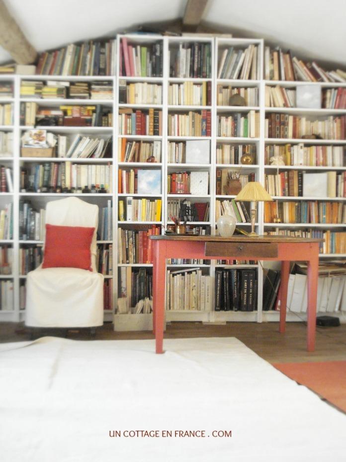 Le salon bibliotheque rouge et blanc