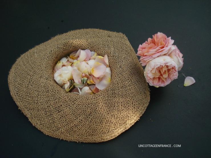 Arrangement de table avec des roses romantiques
