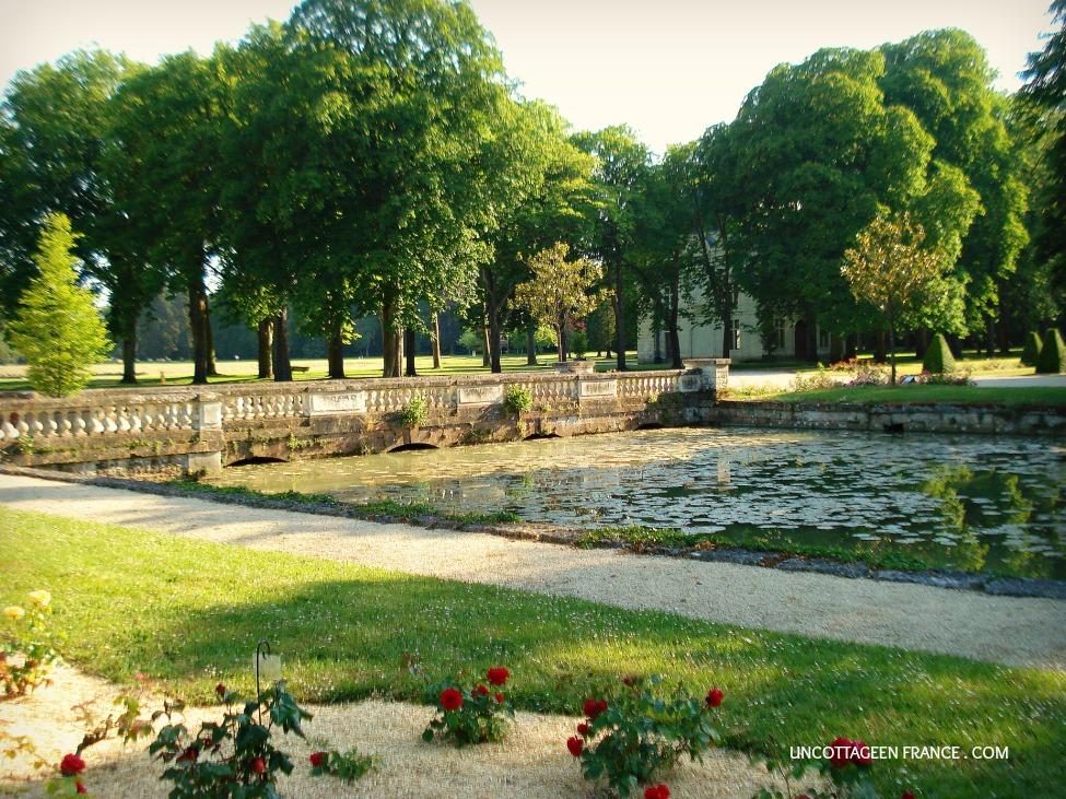 Entre la roseraie de dou la fontaine et le domaine de - Piscine doue la fontaine ...