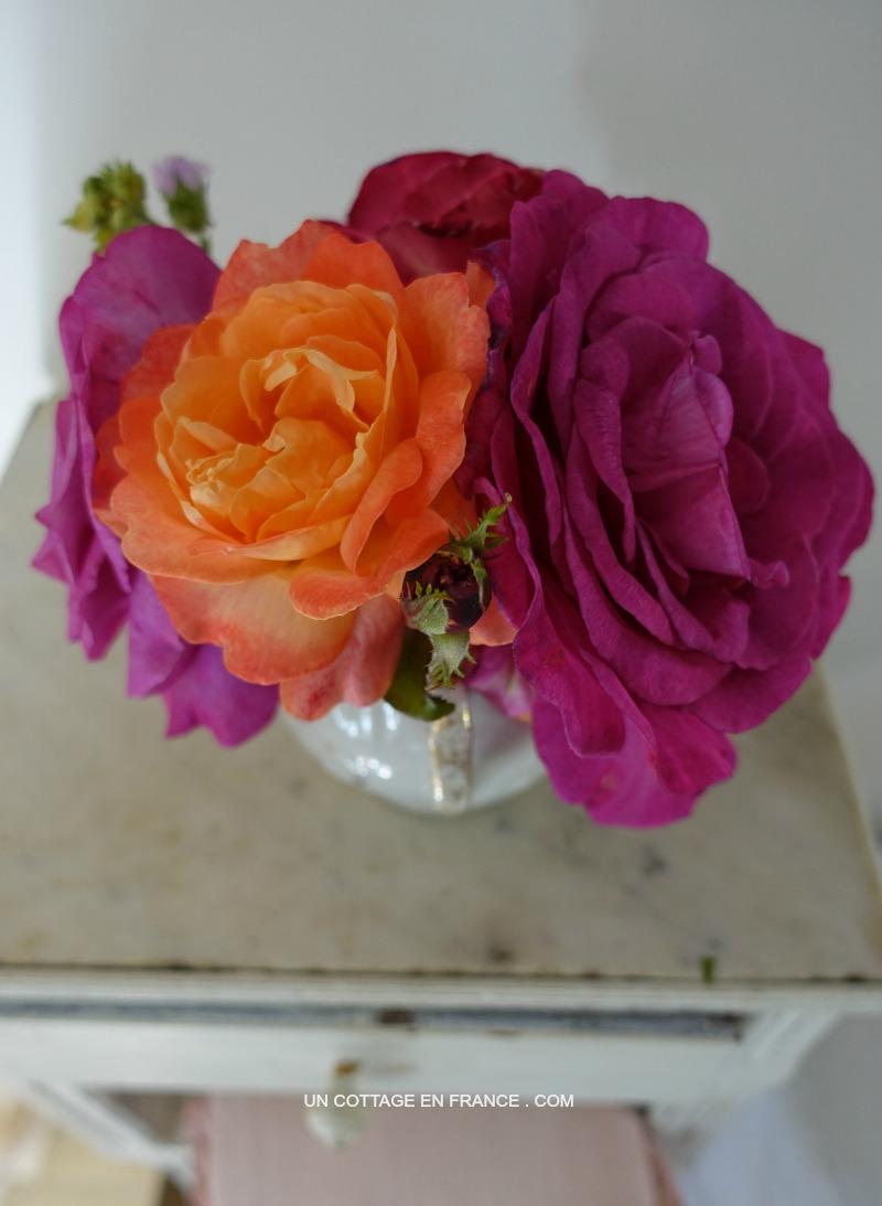roses-XXL-sur-la-table-de-nuit-cottage-