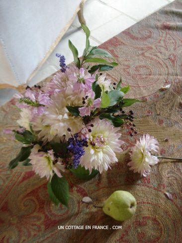 Le bouquet romantique de dahlias blancs au cottage