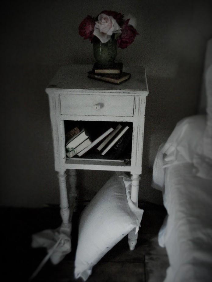 deux vieux missels tranche doree sur la table de nuit shabby two old golden edged missals on. Black Bedroom Furniture Sets. Home Design Ideas