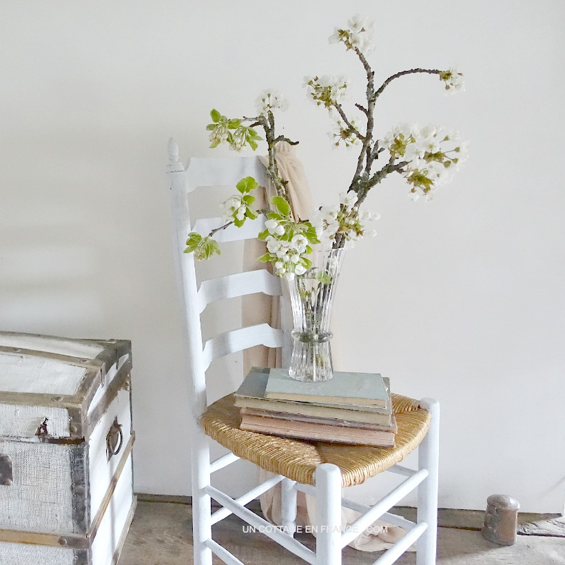 Chaise de ferme repeinte en gris - Grey coated french farmhouse chair