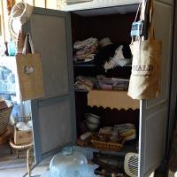 Brocante : la boutique de Pascale au milieu d'un village   Pascale's village shop