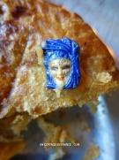 La fève est en porcelaine de Limoges peinte à la main (Hand painted Limoges porcelaine cake feve)