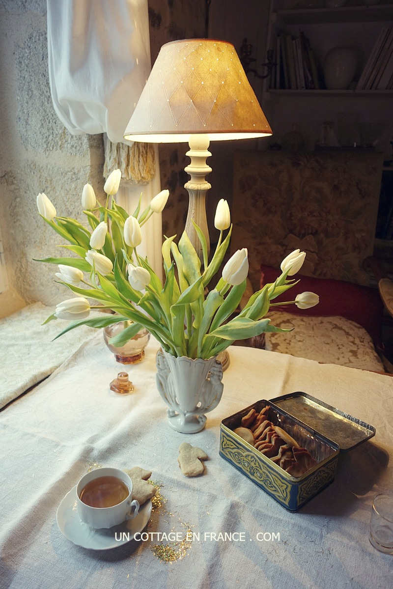 Thé et biscuits sous les tulipes blanches (Tea and biscuits under white tulips)