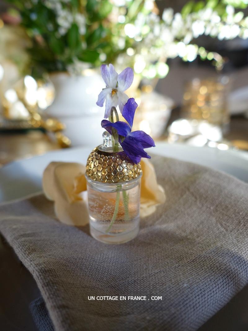Violettes dans des bouteilles de parfum, blog Un Cottage En France 3