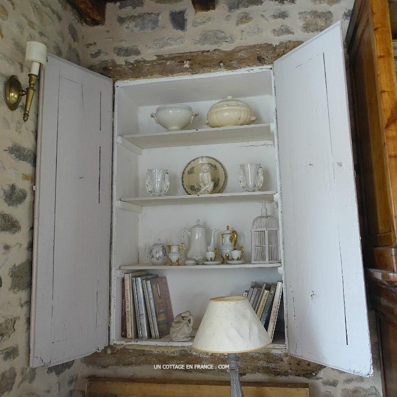 Rassemblement de vaisselles blanches (White crockery staging)