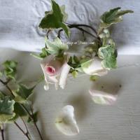 Petit bouquet : couronne de boutons de roses et muguet | Pocket bouquet: rosebuds and lilly-of-the-valley wreath