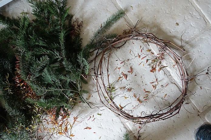 Ce support de couronne est en fait des restes de la taille de la vigne (The support of the wreath is made of remnants after pruning the vinetree)