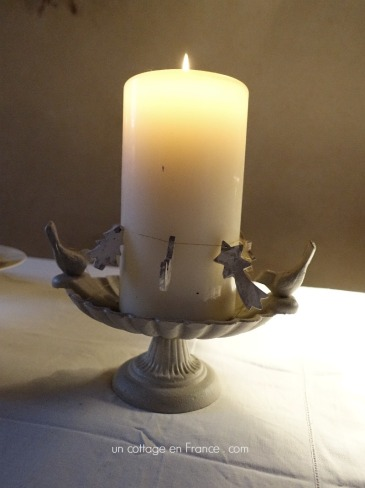 La mangeoire des oiseaux comme bougeoir (The birds plate used as a candle holder)