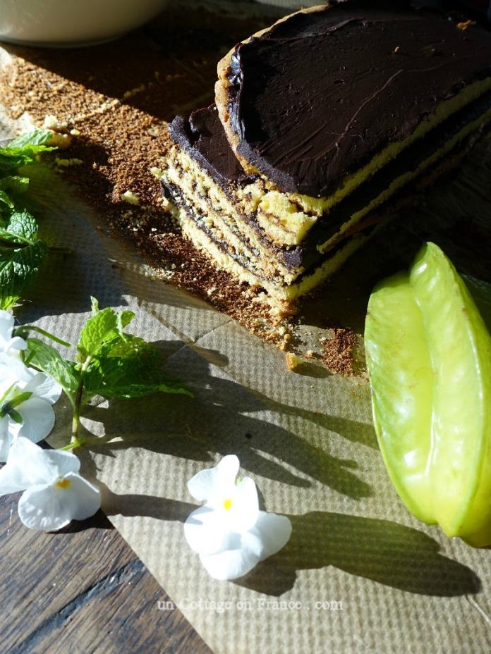 Monter le gâteau et couper les extrémités (Put the cake together and trim both ends)