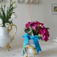 Autour d'un bouquet d'oeillets romantique (Around a romantic carnations arrangement)