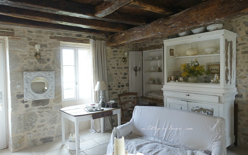 "Un angle du salon ""shabby chic"" (The shabby chic angle of the living room)"