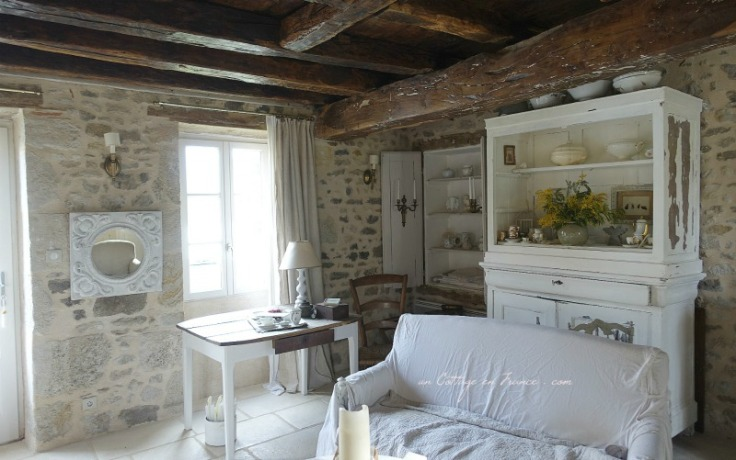 """Un angle du salon """"shabby chic"""" (The shabby chic angle of the living room)"""