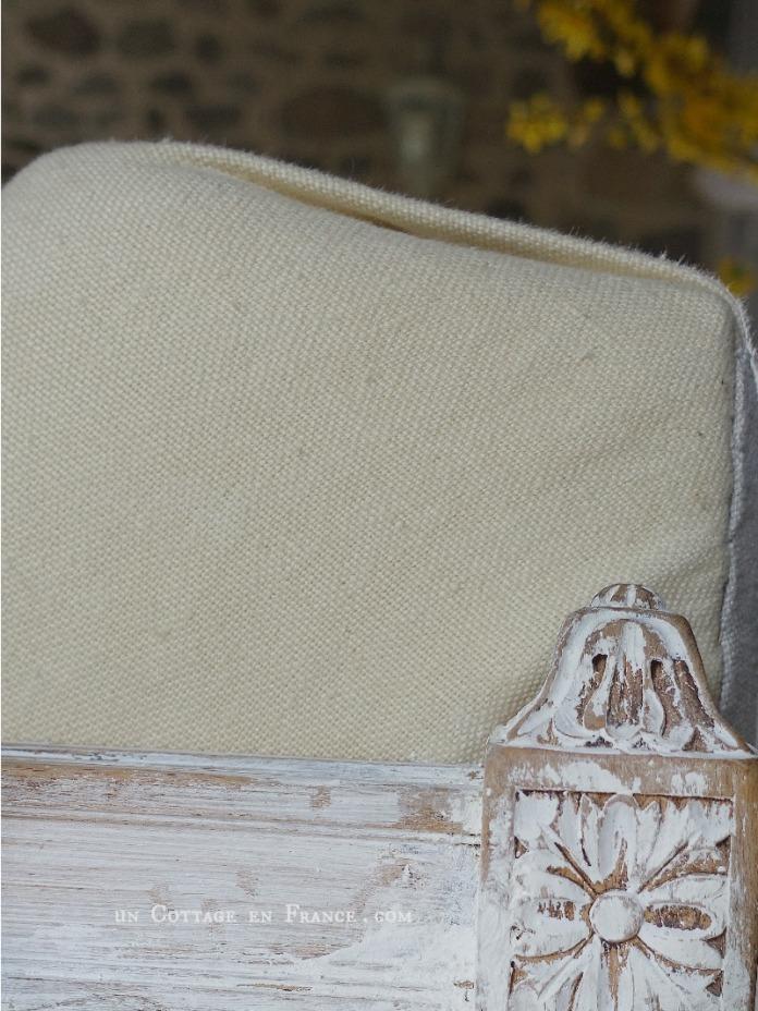 Le canapé repeint à la chaux, détail
