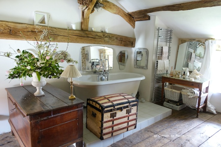 Le bouquet de printemps dans la salle de bain cottage, blog Un Cottage en France 0