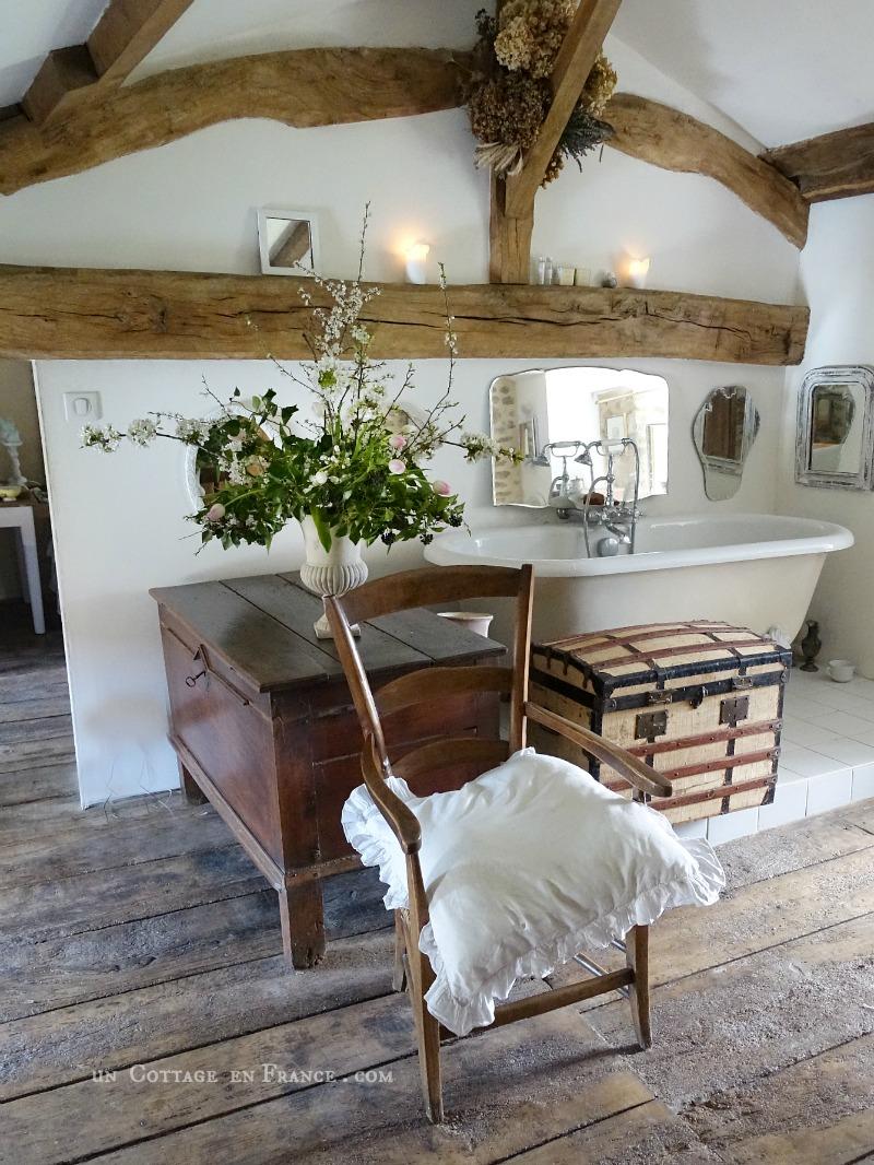 """Parfums """"de terre et d'eau"""" dans la salle de bain rustique (Provence scents in the rustic bathroom)"""