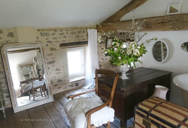 Le bouquet de printemps dans la salle de bain du cottage, un cottage en France 4s