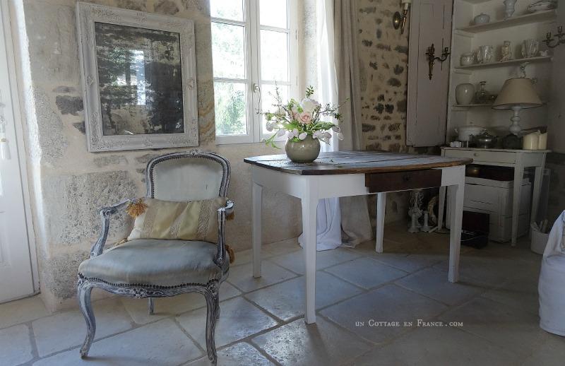 Le fauteuil repeint à la chaux (The armchair with a coat of lime)