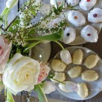 Rehauts de blanc : le vieux fauteuil & des madeleines royales |  White details: the old armchair and royal 'madeleines'