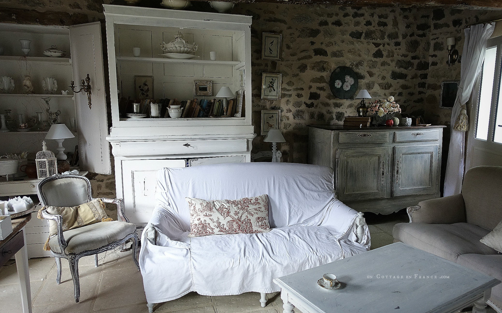 Début de relooking campagne chic d'un buffet régional (Beginning of a regional sideboard country chic makeover)