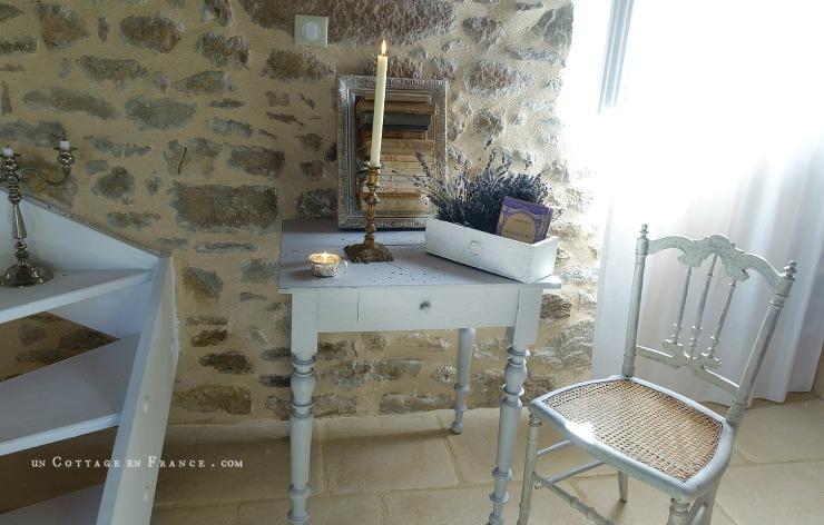 La table rustique repeinte en gris pâle