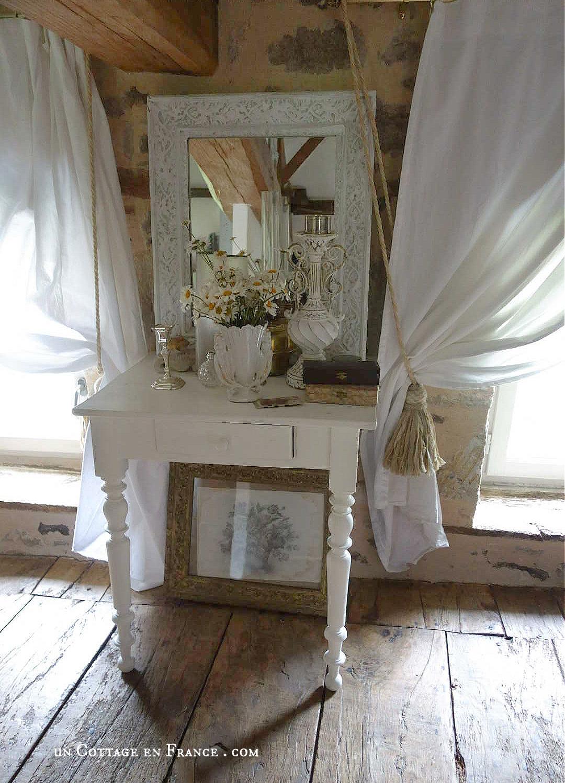 Petite table romantique repeinte en blanc co uncottageenfrance.com