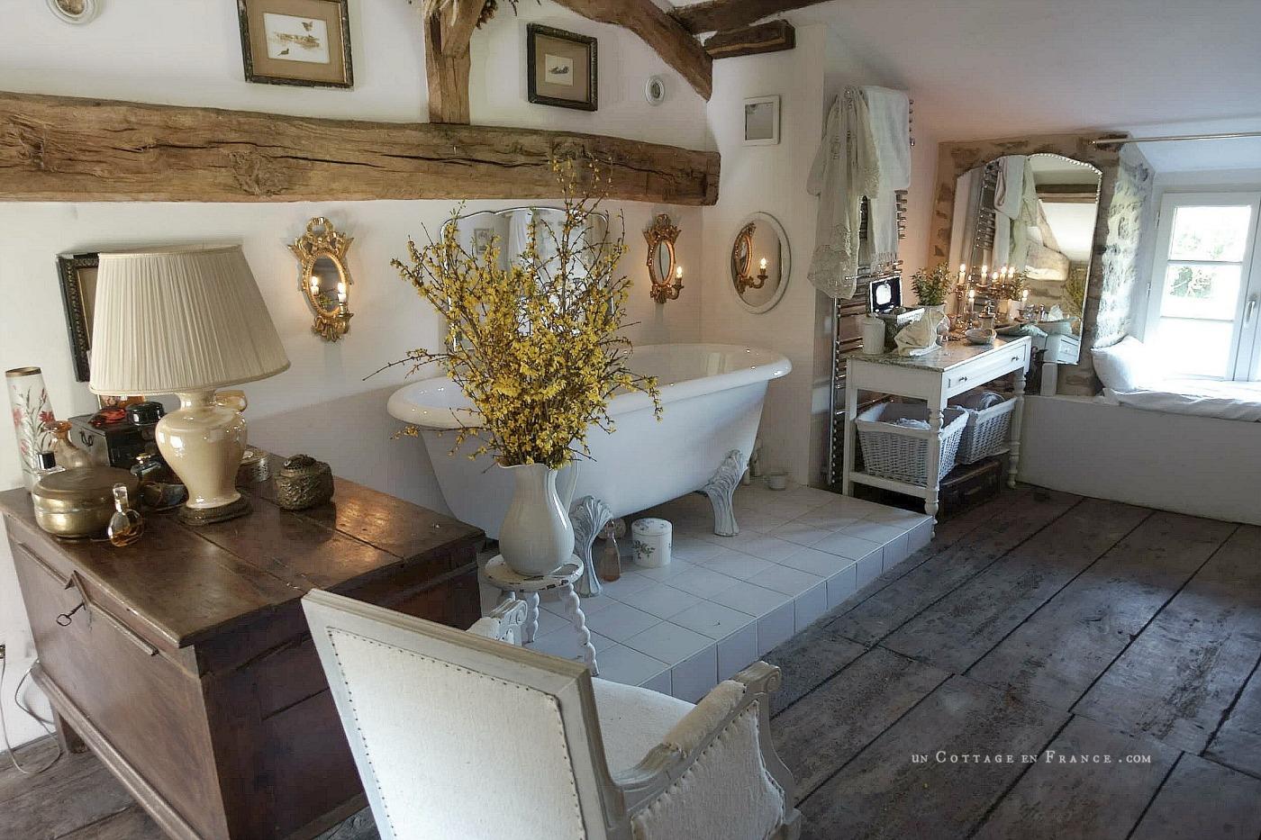 La salle de bain campagne chic sous les combles, blog décoration romantique 12