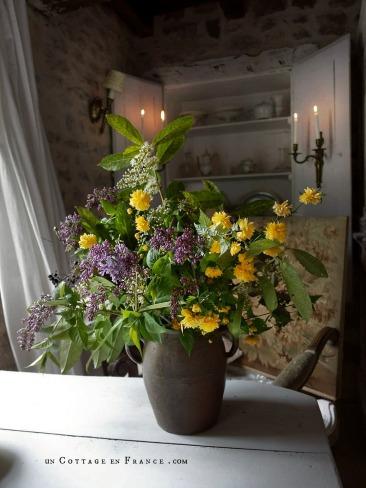 Le bouquet d'avril violet et jaune décoration campagne chic 4
