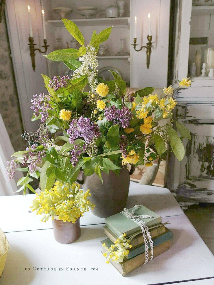 Lilas et coucous (Lilac and cowslips) #whitecottagecharm #uncottageenfrance #campagnechic #frenchinterior #frenchfarmhousestyle #frenchcountry #frenchliving #fixerupperstyle #frenchcountrycottage #allthingsfrench #frenchcottage #farmhousevignette #cottagevignette #chippypaint #frenchdecoration #fermette #countrychic #rustique #rusticdecor #decorustic #cottagedecor #maisondecampagne #campagnedecoration #countryhomemag #brocante