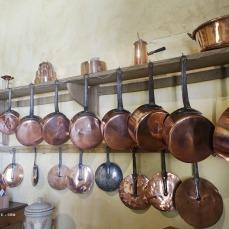 Les casseroles en cuivre dans la cuisine de Nohant, Maison de George Sand en Berry