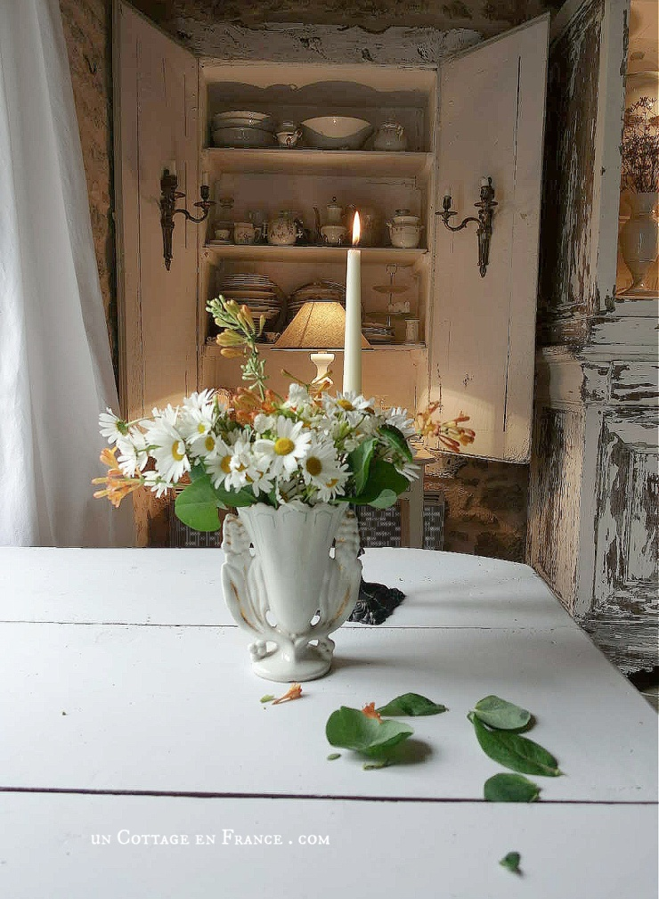 rural fantasy, cottagecore, french cottage design, table blanche#allthingsfrench #frenchcottage #farmhousevignette #cottagevignette #chippypaint #frenchdecoration #fermette #countrychic #rustique #rusticdecor #decorustic #cottagedecor #maisondecampagne #campagnedecoration #countryhomemag #brocante