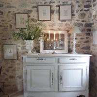 Fleurs blanches : un bouquet d'achillées sur le buffet | White flowers: a yarrow arrangement on the sideboard